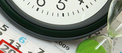 Uhr, Sanduhr und Kalender symbolisieren die aktuellen Lieferzeiten