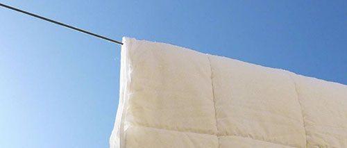 Eine Wollbettdecke in der Sonne.